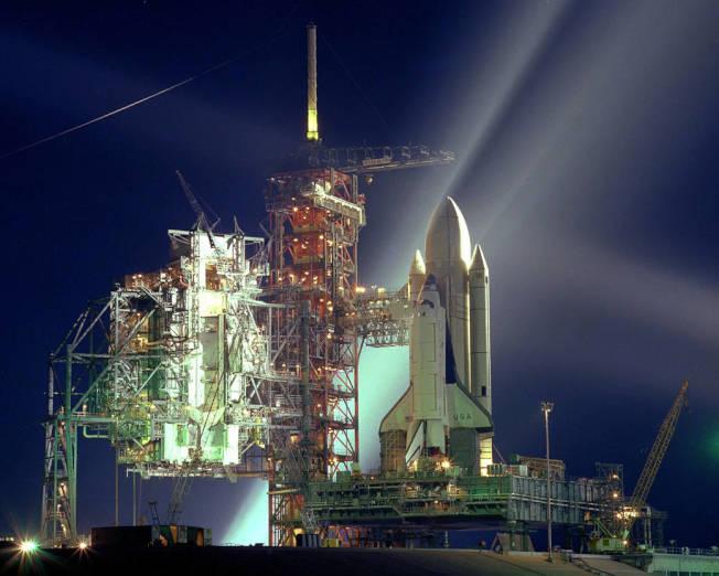 聚光燈照在美國第一艘太空梭身上,但很多人不知道,在地面掌舵的是華裔周耀偉。(NASA)