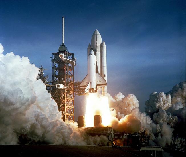 1981年4月12日,美國第一次發射太空梭,但很多人不知道,在地面掌舵的是華裔周耀偉。(NASA)