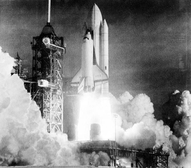 1981年美國第一艘太空梭「哥倫比亞號」太空梭升空,就是由周耀偉掌舵。(美聯社)