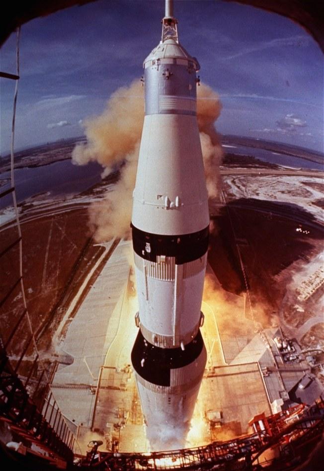 美國太空計畫急起直追,圖為阿波羅11號登月火箭點火發射。(美聯社)