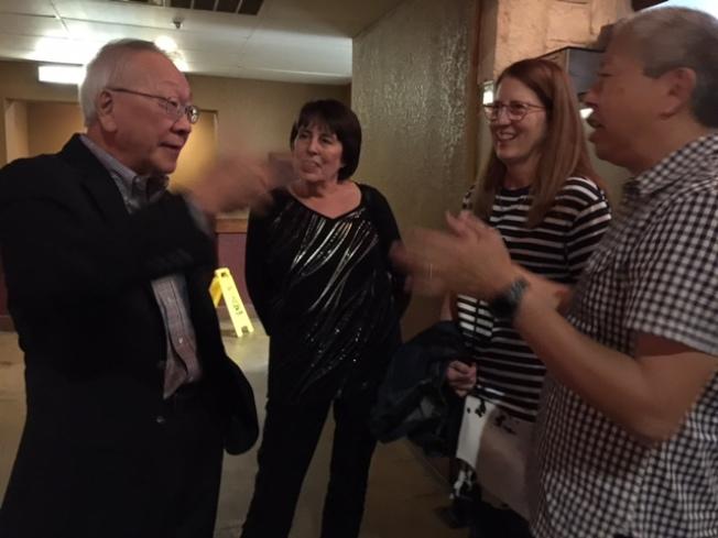 周耀偉(左一)夫婦與表弟夫婦討論紀錄片內容。(石麗東/攝影)