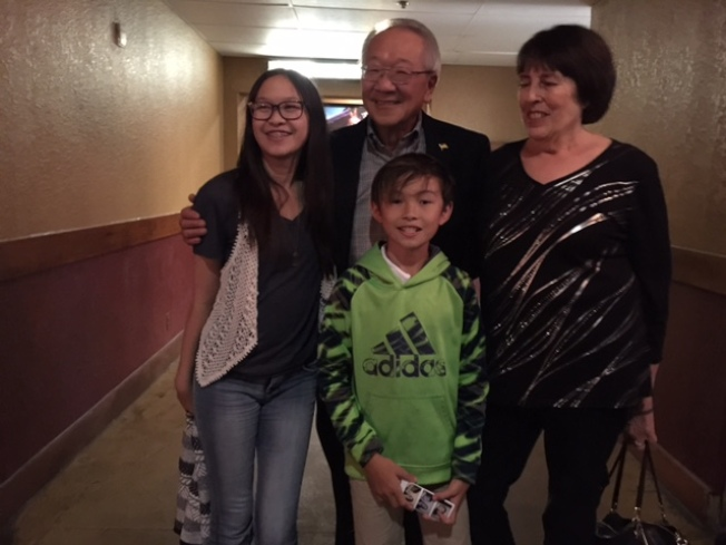 周耀偉夫婦與孫輩在電影放映會合影。(石麗東/攝影)
