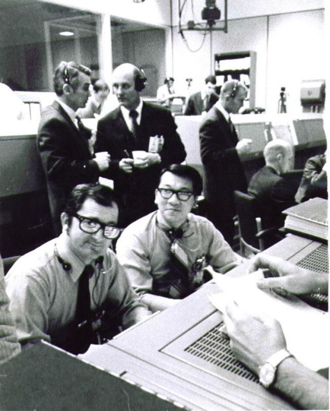 周耀偉(坐者右)在NASA任務控制中心。(周耀偉提供)