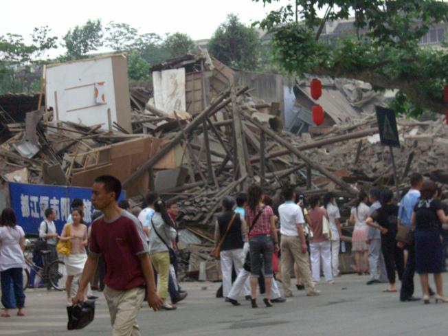 5月12日:四川都江堰受災區。(美聯社)