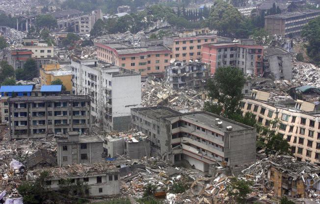 5月24:汶川許多樓房被震垮。(Getty Images)