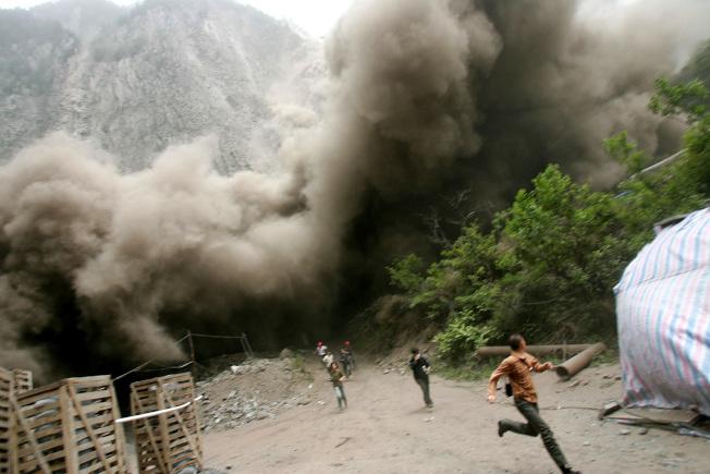 災後餘震不斷,5月16日汶川又發生強度為5.1級的餘震。(Getty Images)