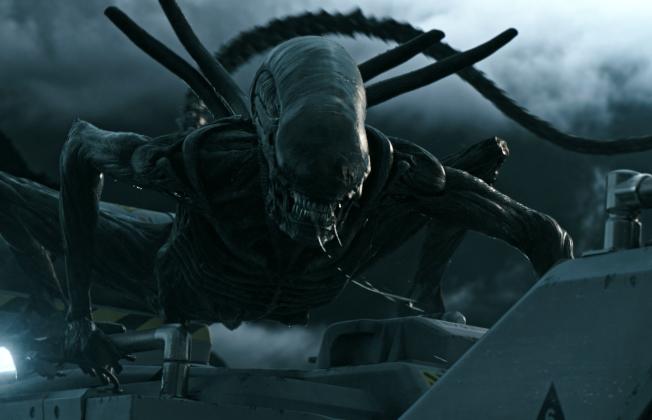 今夏賣座電影「異形:聖約」(Alien: Covenant)中,有人類與外星人生下的混血兒。(美聯社)