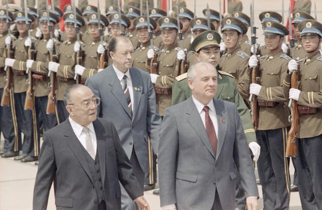 戈巴契夫1989年5月15日抵達中國,時任中國國家主席楊尚昆在北京機場歡迎,並一同檢閱儀隊。(美聯社)