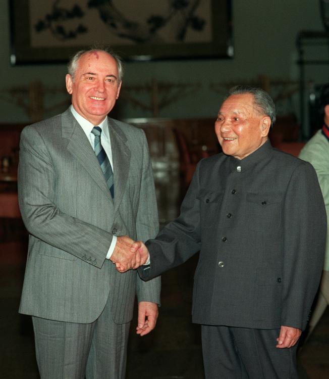 鄧小平和戈巴契夫5月16日會晤。(Getty Images)