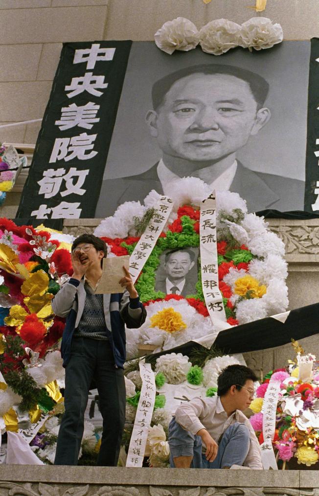 北京大學生4月19日在天安門廣場人民英雄紀念碑前悼念胡耀邦。(美聯社)