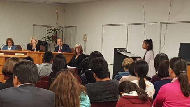 學生向San Dieguito學區請願,盼能開設中文課程。(讀者提供)