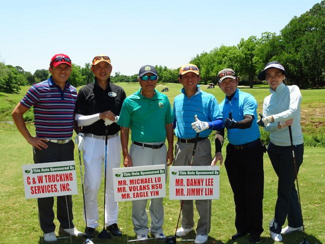 吳文龍(左三)與贊助者在開球處合影,為比賽拉開序幕。