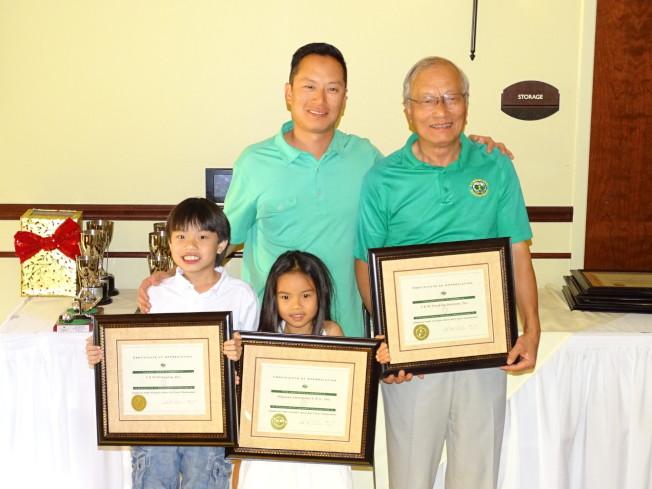 吳文龍的兒子James Wu(後左)也參加比賽,而且球藝高超獲得獎杯,全家人開心合影。