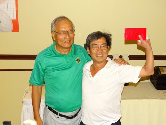 精采的摸獎活動,最高獎金888元幸運得主(右)從吳文龍手中接下獎金,笑得合不攏口。