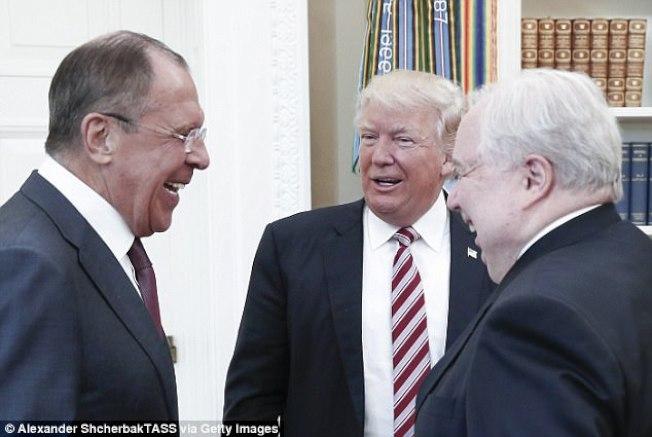 川普在白宮會晤俄羅斯外長拉夫羅夫(左)與俄羅斯駐美大使基斯里亞(右)。(Getty Images)