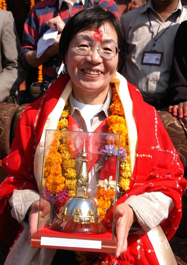 田部井淳子於2005年11月1日在尼泊爾接受表揚。(美聯社)