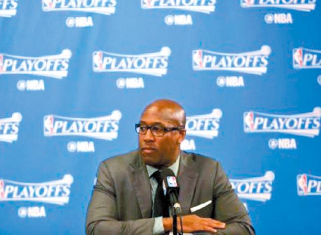 金州勇士代理教練布朗解釋他為何遲到記者會。(Getty Images)