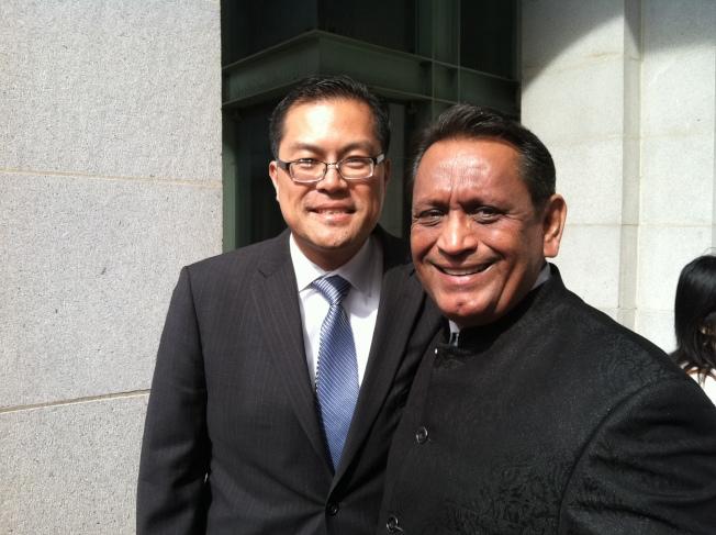 洛杉磯社區學院學區理事方樹強(左)祝賀洛杉磯市議員塞迪洛連任成功。(方樹強提供)