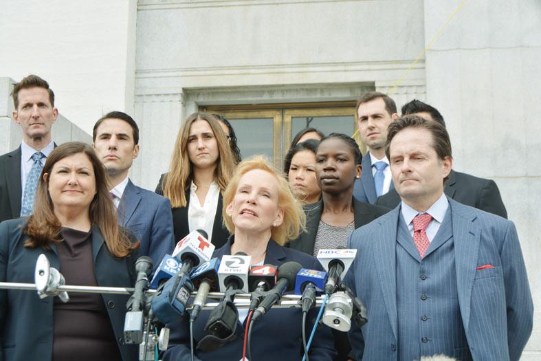 受害者家屬律師亞歷山大(中,Mary Alexander)和多蘭(右,Christopher Dolan)表示,已在阿拉米達縣高等法院提交訴訟,指控倉庫華裔業主吳蕭楚娜、經營倉庫的承租人艾米納(Derick Almena)、提供電力的太平洋瓦電公司(PG&E)等犯過失罪,沒有履行場所責任等。(記者劉先進/攝影)