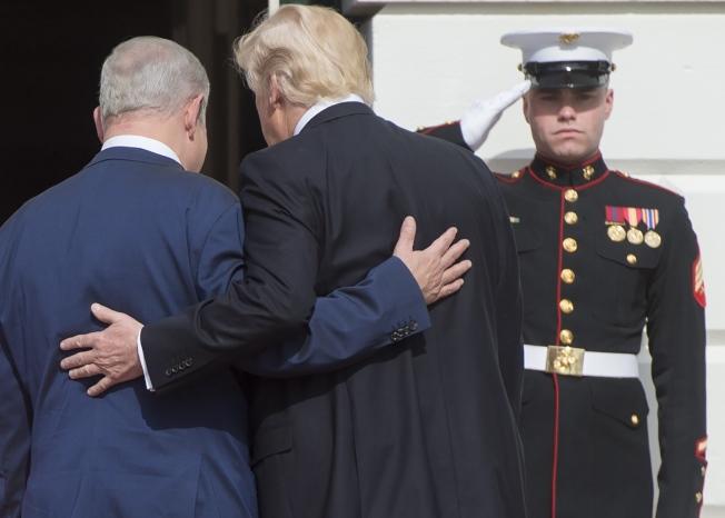 以色列總理內唐亞胡(左)於2月中旬訪美,是最早到訪白宮的外國領袖之一。(Getty Images)