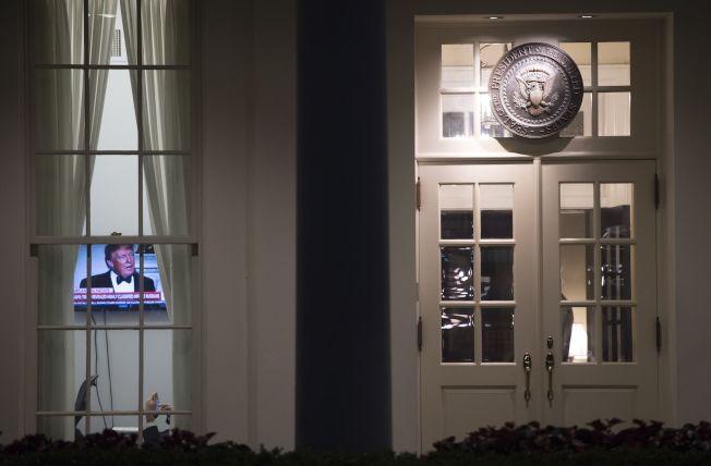 白宮啟動緊急危機模式,圖為西廂一間辦公室大門緊閉,室內電視正在播放川普新聞。(Getty Images)
