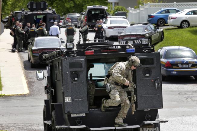 紐約上州梅布魯克16日發生警察遇襲事件,槍手與警察對峙一小時後,傷重死亡。(美聯社)