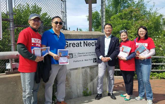 施駿(右三)與志工在長島鐵路站外拜票。(競選團隊提供)