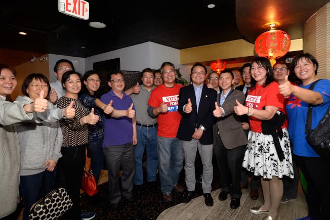 施駿(前排右四)與支持者16日晚間慶祝勝選。(記者朱澤人/攝影)