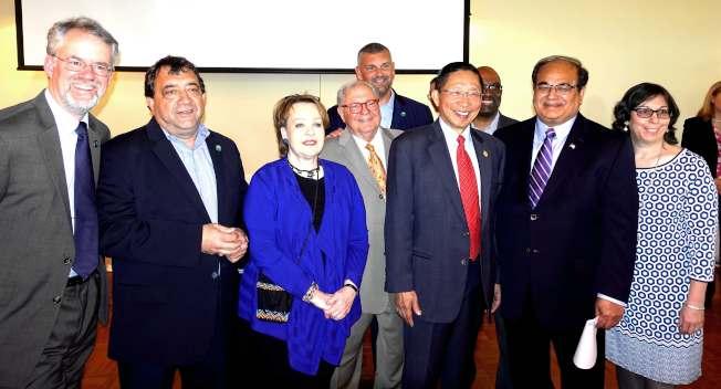 莫塞郡郡政委員會(Board of Chosen Freeholders)成員悉數到場,感謝薛信夫(右三)多年來服務社區。(記者謝哲澍/攝影)
