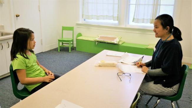雙語班學生愛俐正在接受評審陳錚的檢定。(教堂山華語學校提供)