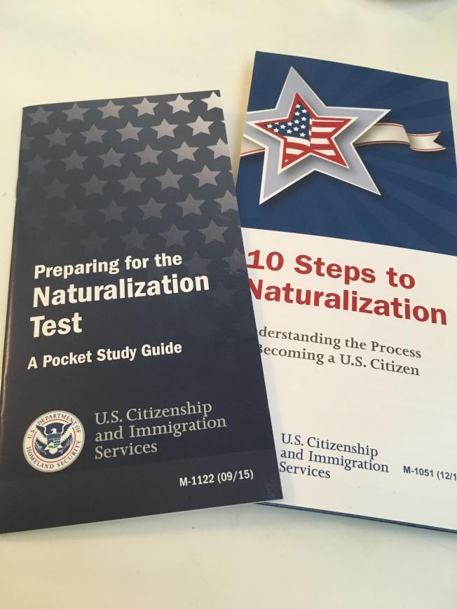 公民及移民服務局發放的入籍考試口袋題庫以及程序簡介。(記者張毓思/攝影)