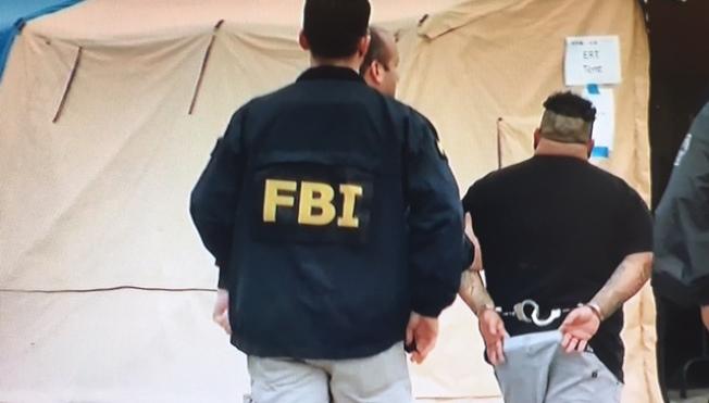 聯邦和洛杉磯地方警方17日清晨聯手突襲MS-13幫,逮捕21名MS-13幫派首領。(自NBC4電視台翻拍)