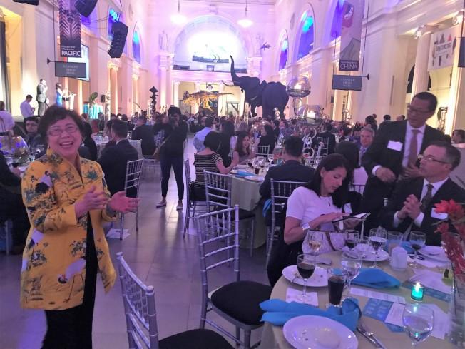去年年底退休的華諮處前總裁黃羅瑞雄左,16日出席了籌款晚會,並不忘鼓勵老友們踴躍捐款。(記者黃惠玲/攝影)
