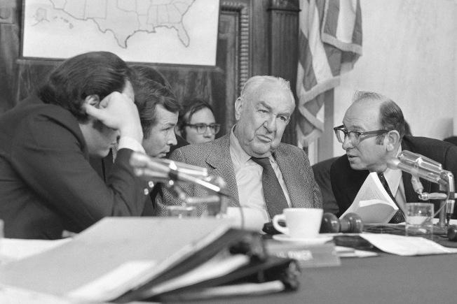 1973年5月18日  「水門案」調查委員會主席聯邦參議員Sam Ervin (右二)主持首次聽證會。(美聯社)