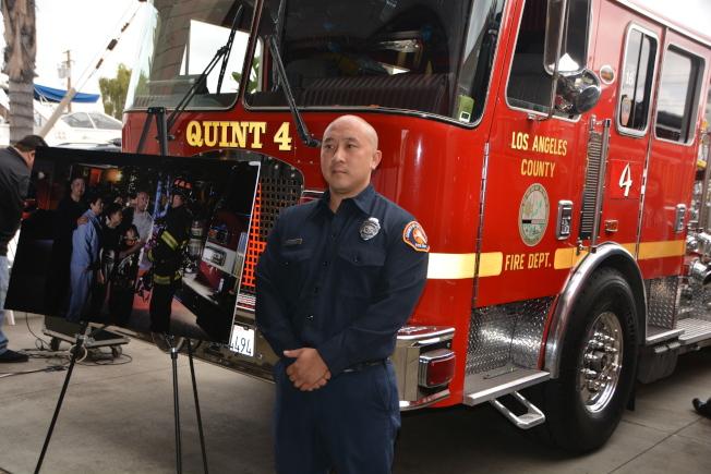 越華裔消防員John Tran提醒華人,做飯時注意安全用火。(記者張宏/攝影)