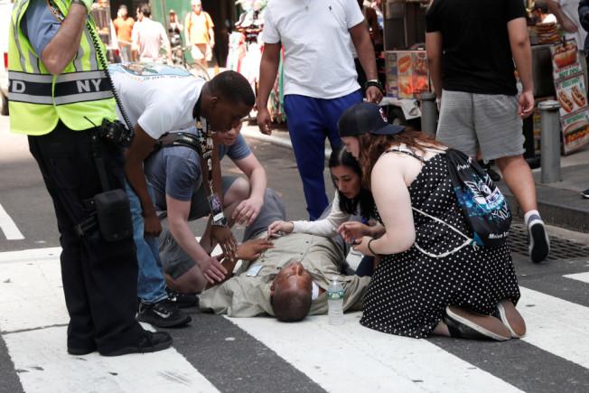 路人在安慰一名傷者。(路透)