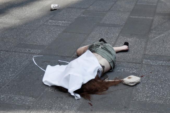 一輛失控的超速汽車,躍入紐約市時報廣場行人區,將這名18歲少女撞死。(推特)