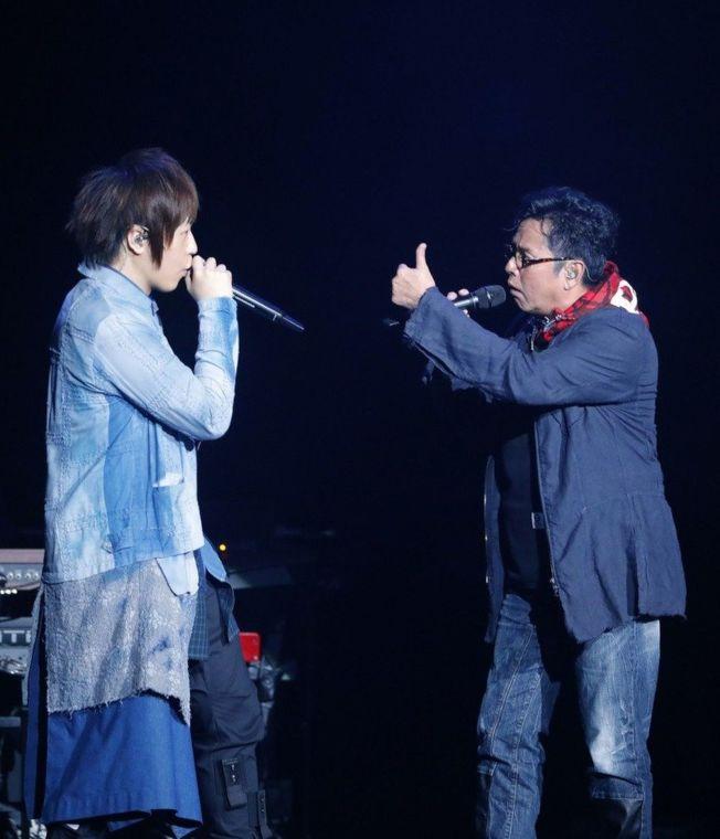 五月天的「人生無限公司」香港站,阿信(左)找來譚詠麟助陣。(圖:相信音樂提供)