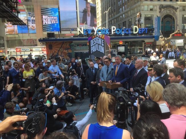 市長白思豪和市警總局局長歐尼爾在記者會上表示,時報廣場車禍是意外,不是恐襲。(記者洪群超/攝影)