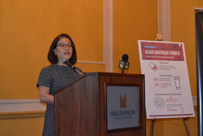 尼爾森策略社區聯盟副總裁Mariko Carpenter,講解亞裔女性消費報告。(記者張敏毅/攝影)