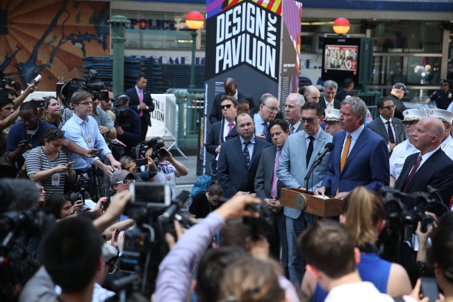 紐約市長白思豪、市警總局長歐尼爾等在現場舉行記者會,被國內外數百媒體包圍。(記者洪群超/攝影)