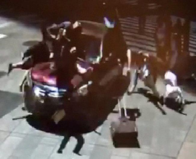路人被轎車撞到的瞬間。(路透)