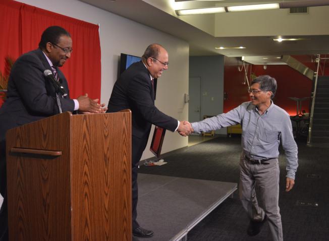 許振輝(右)獲得第15屆「少數族裔及社區媒體獎」「最佳影片」和「最佳攝影」三等獎。(記者俞姝含/攝影)