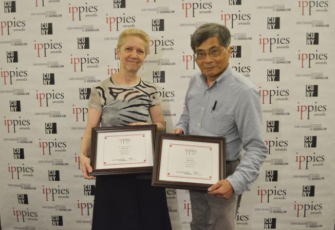許振輝(右)獲/第15屆「少數族裔及社區媒體獎」「最佳影片」和「最佳攝影」三等獎,與市大新聞學院院長Sarah Bartlett(左)合影。(記者俞姝含/攝影)