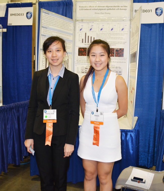台灣女學生黃筱涵(左)、黃得嘉參加醫學與健康科學比賽。(記者丁曙/攝影)