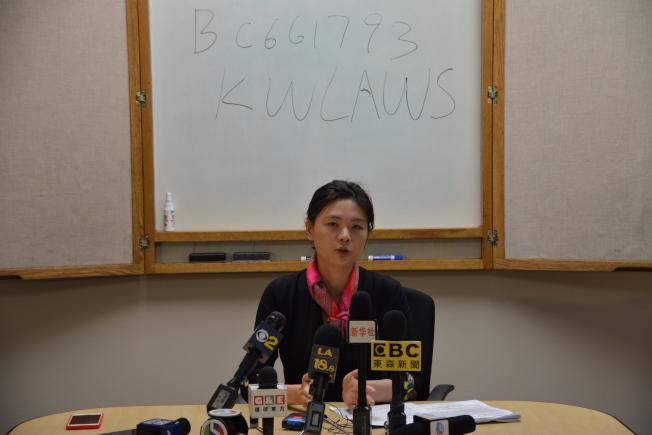 受害人代理律師王婧19日作出案件說明,表示四受害人家庭要求索賠金額超過千萬。(記者高梓原/攝影)