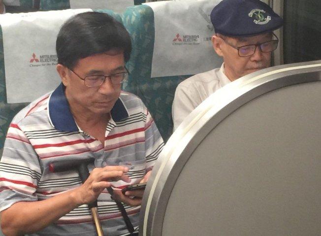 保外就醫的前總統陳水扁,去年在高鐵車廂中,被拍到沿途用右手食指低頭滑手機。報系資料照