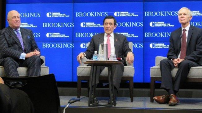 馬英九今年3月於華府智庫「布魯金斯研究所」發表演說,由美國在台協會(AIT)前辦事處長包道格(左)與前理事主席卜睿哲(右)擔任引言與主持。報系資料照