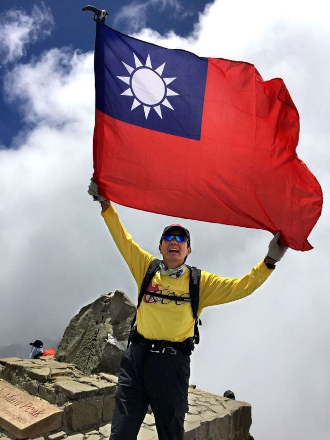 前總統馬英九去年8月以單日攻頂往返方式,帶著國旗一舉登上玉山主峰,成為我國首位成功登頂的卸任總統。圖/馬英九辦公室提供