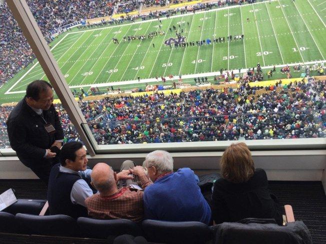 馬英九去年11月在貴賓室觀看美國大學美式足球賽。圖/馬英九辦公室提供